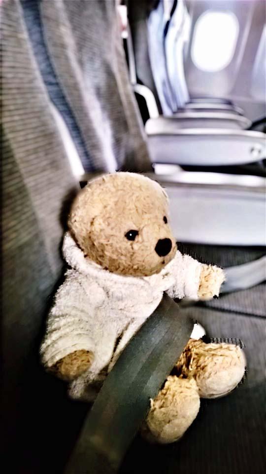 Foster im Flugzeug nach Helsinki. Auf großer Reise