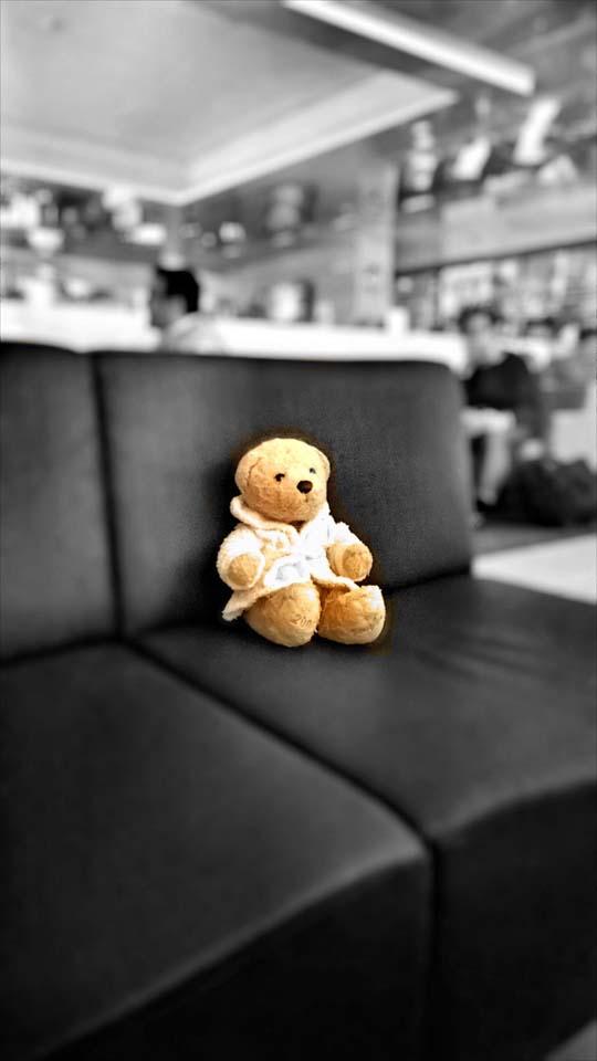 Foster in der Flughafen Lounge Helsinki. Zwischenhalt nach Japan